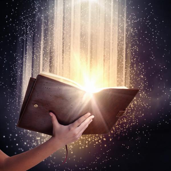 blog-ons_bezoek_aan_supernova-human_hand_holding_magic_book_with_magic_lights